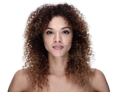 Photo pour Portrait d'une jeune femme élégante avec du maquillage de jour. beauté et santé - image libre de droit