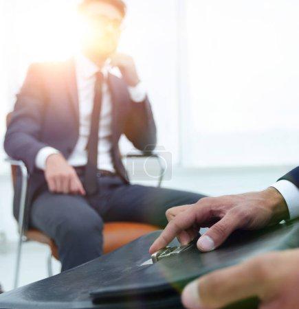 Photo pour Détail d'un homme d'affaires tenant une mallette - image libre de droit
