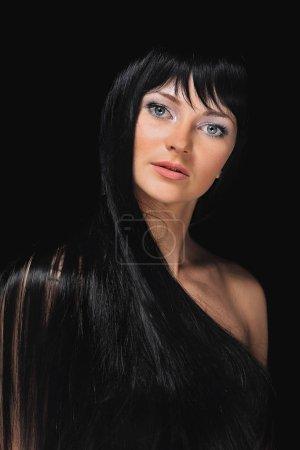 Photo pour Portrait de jeune fille modèle Brunette isolé sur fond blanc. Magnifique cheveux - image libre de droit