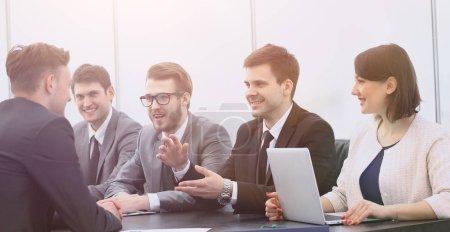 Photo pour Gestionnaire de projet organise une réunion avec l'équipe d'affaires - image libre de droit