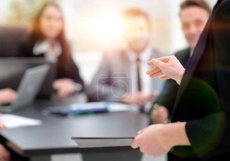 Photo pour Contexte d'affaires. femme d'affaires avec des documents en fonction - image libre de droit