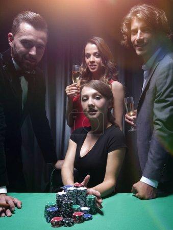 Photo pour Jeune brunette jouer Texas Holdem Poker va dans tous les - image libre de droit