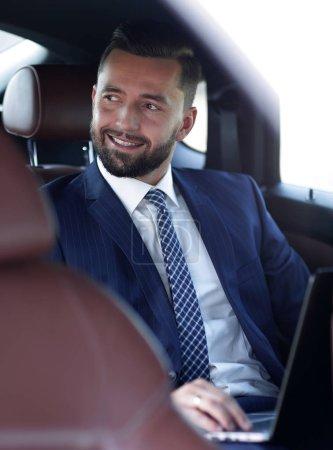 Photo pour Gros plan d'un homme d'affaires prospère, assis dans sa voiture - image libre de droit