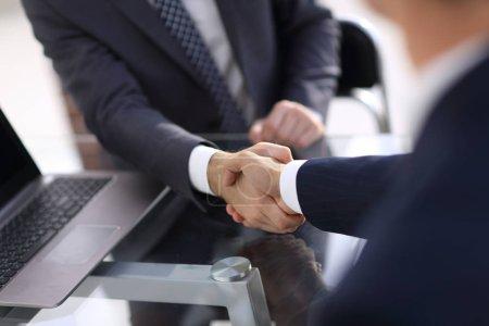 Photo pour Closeup.Handshake de partenaires commerciaux après signature du contrat. - image libre de droit