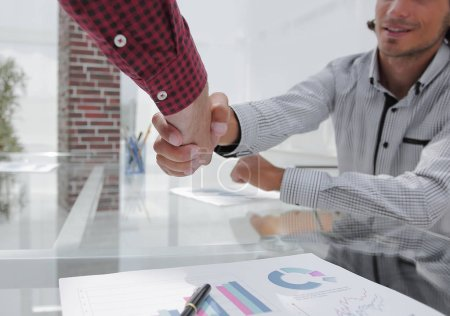Photo pour Collègues serrant la main Bureau au bureau - image libre de droit