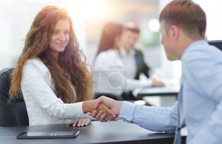 Photo pour Poignée de main entre l'avocat et le client au bureau - image libre de droit