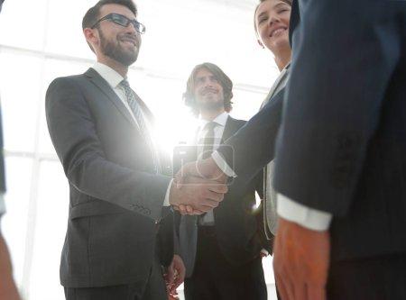 Photo pour Succès des gens d'affaires poignée de main après une bonne affaire . - image libre de droit