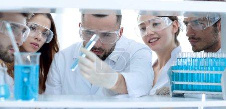Photo pour Gros plan d'un médecin-pharmacien et de collègues travaillant au laboratoire.le concept de l'étude . - image libre de droit