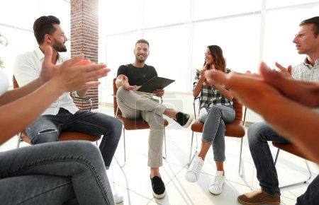 Photo pour Équipe d'affaires applaudissant votre gestionnaire avant la réunion - image libre de droit