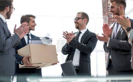 Photo pour Groupe d'affaires applaudit le nouveau concept de employee.the de la première journée de travail - image libre de droit