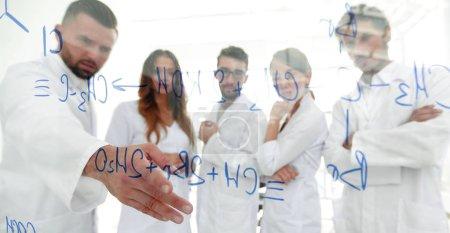 Photo pour Dans le groupe d'images de fond scientifiques de laboratoire discutant de leur recherche.concept d'une expérience scientifique - image libre de droit