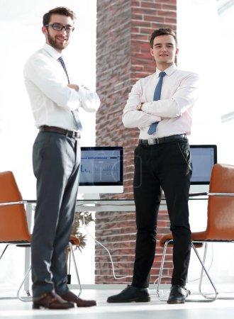 Photo pour Économistes de people.professional affaires, sur le fond des cartes d'affaires - image libre de droit