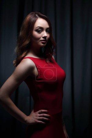 Photo pour Coup de mode d'une magnifique jeune femme en robe rouge élégante. - image libre de droit