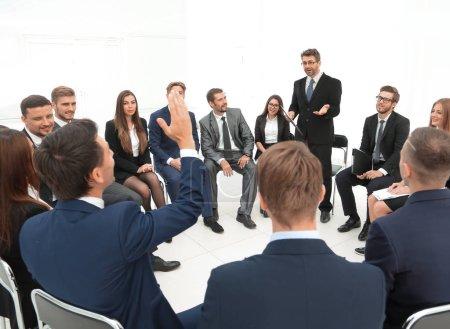 Photo pour Qualifiés entraîneur pose des questions aux participants de la formation. - image libre de droit