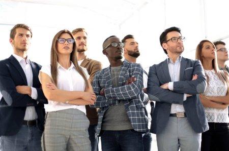 Photo pour En pleine croissance.groupe d'employés couronnés de succès.le concept de travail d'équipe - image libre de droit