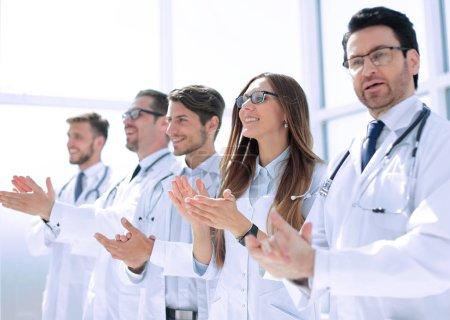 Photo pour Groupe des médecins réussies applaudit. le concept du bon travail - image libre de droit