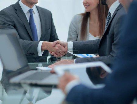 Photo pour Deux hommes d'affaires, serrant la main de ses collègues sur fond. - image libre de droit