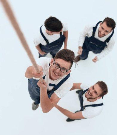 Photo pour Vue du haut.team, aidant le leader à grimper la corbe.isolated sur blanc . - image libre de droit