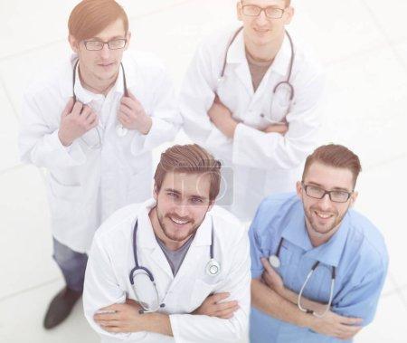 Photo pour Vue depuis le haut. l'équipe des médecins en regardant le camera.isolated blanc - image libre de droit