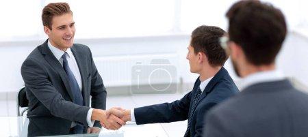 Photo pour Poignée de main partenaires commerciaux dans le bureau . - image libre de droit