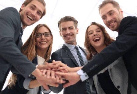 Foto de Imagen del feliz equipo de negocios celebrando la victoria en el cargo - Imagen libre de derechos