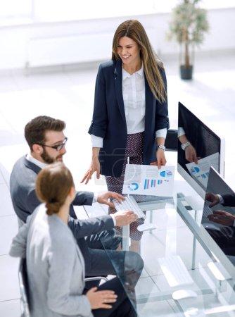 Foto de Gerente discute el informe financiero con el equipo de negocios.el concepto de trabajo en equipo - Imagen libre de derechos