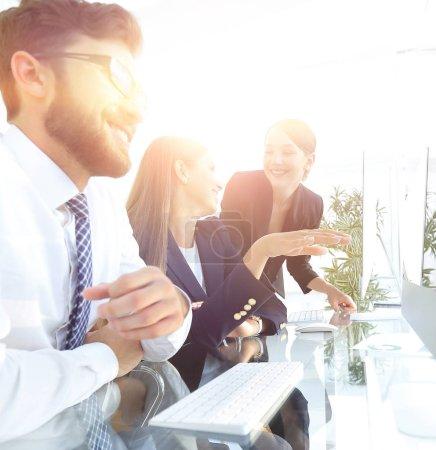 Foto de Primer plano. equipo de negocios discutiendo, sentado en su escritorio - Imagen libre de derechos