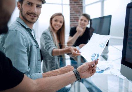 Photo pour Concept de travail d'équipe de personnes. Jeune équipe de collaborateurs faisant débat de grande entreprise au bureau de coworking moderne - image libre de droit