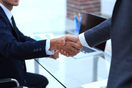 Photo pour Close seup.colleagues serrant la main au bureau - image libre de droit