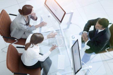 Photo pour Réunion d'affaires. Les gens occupés travaillent au bureau, vue de dessus. concept d'affaires - image libre de droit