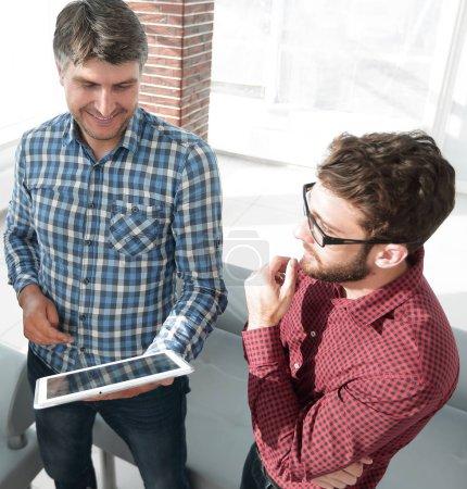 Zwei Männer nutzen Tablet-Computer im Kreativbüro