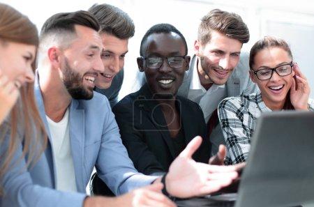 Jeune équipe de gens d'affaires attrayants travaillant ensemble à brig