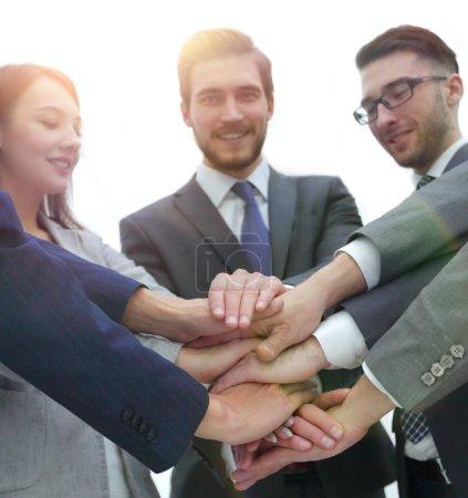 Photo pour Gens d'affaires travail d'équipe empilant concept main dans la main - image libre de droit