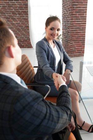 Photo pour Membres de la poignée de main d'une équipe de l'entreprise au bureau - image libre de droit