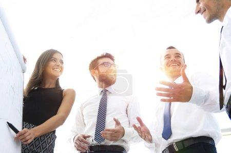 Foto de Joven mujer de negocios es colegas sus ideas en el rotafolio. foto con espacio de copia - Imagen libre de derechos