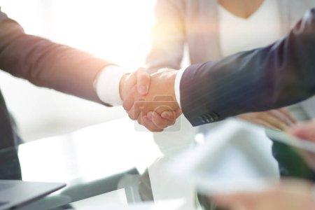 Photo pour Close seup.handshake des partenaires commerciaux après la signature du contrat . - image libre de droit