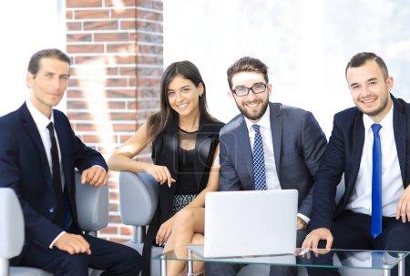 Foto de Empresario y equipo de negocios, sentado en el sofá en el vestíbulo de la oficina. foto con espacio de copia - Imagen libre de derechos