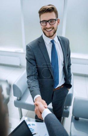 Photo pour Close up.a homme d'affaires prospère accueille un concept partner .business d'affaires - image libre de droit