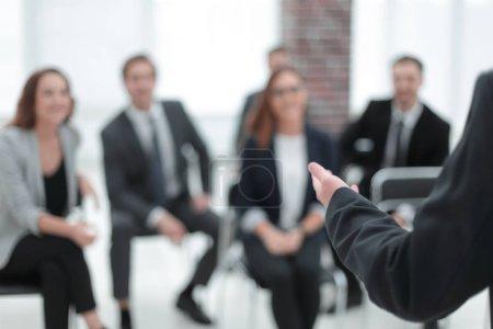 Photo pour Point de vue des hommes d'affaires dans la salle de réunion - image libre de droit
