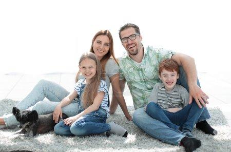 Photo pour Famille heureuse avec deux enfants et un chien.photo avec espace de copie - image libre de droit