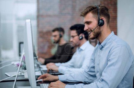 Photo pour Employés avec un casque dans le lieu de travail dans le concept business center.business - image libre de droit