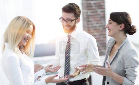 Photo pour Groupe de gens d'affaires parlant au bureau.concept de travail d'équipe . - image libre de droit