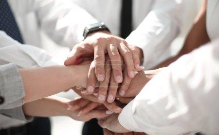 Photo pour Fermer .young gens d'affaires mettre leurs mains ensemble. Concept d'unité et de travail d'équipe - image libre de droit