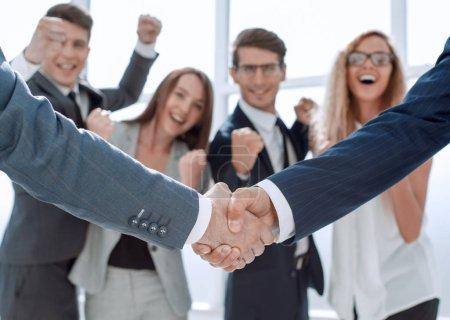 Photo pour Close up.handshake partenaires commerciaux sur fond de bureau flou.concept de coopération - image libre de droit