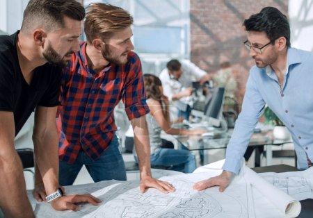 Photo pour Homme d'affaires et un groupe d'architectes discutant d'un nouveau projet.le concept de coopération - image libre de droit