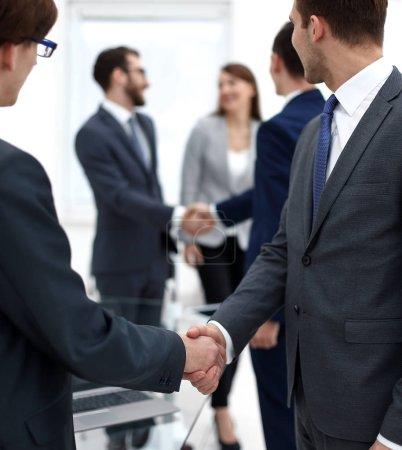 Händedruck von Geschäftspartnern nach dem Briefing