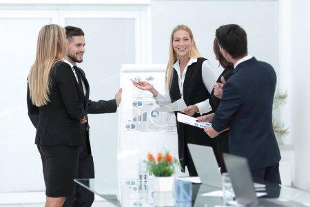 Photo pour Les gens d'affaires à la présentation dans office.photo avec espace de copie - image libre de droit