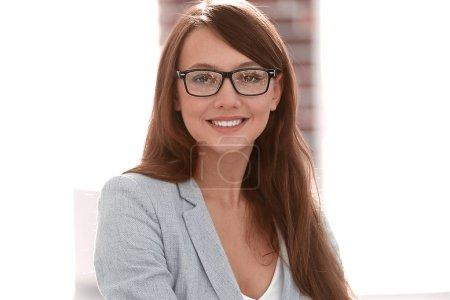 Photo pour Femme d'affaires réussie dans le bureau.photo avec espace de copie - image libre de droit