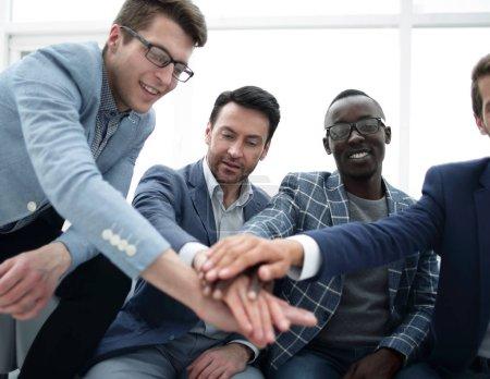 Photo pour L'équipe des activités est de mettre leur concept de together.the des mains de l'unité - image libre de droit