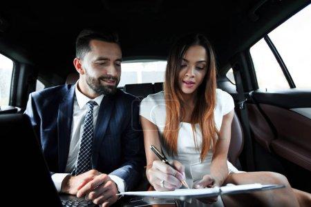 Photo pour Réunion des gens d'affaires et discussion sur le siège arrière de la voiture - image libre de droit